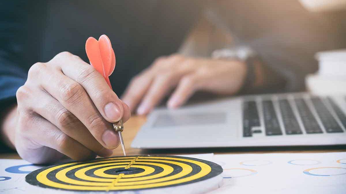 Qual é a importância de se identificar com os valores e missão da empresa para conseguir se comunicar com o consumidor